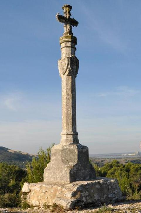 La croix St Julien se distingue des autres par une apparence particulière.  Serait-elle une borne milliaire christianisée   En tout cas, là où elle  placée, ... 40eb03462c0